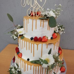 Hochzeitstorte mit goldenem Schokoladen Drip