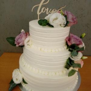 Hochzeitstorte mit Sahne dekoriert
